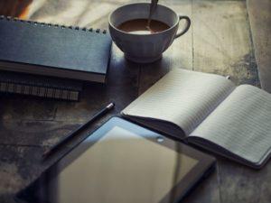 ipad met koffie en schrift